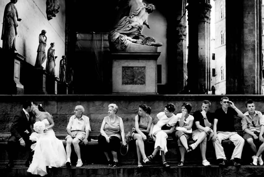 firenze wedidng photo with curious turists loggia de pazzi tuscany