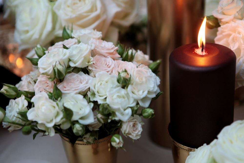 reception tabel detail chocco candle and roses in vintage gold container Tuscany