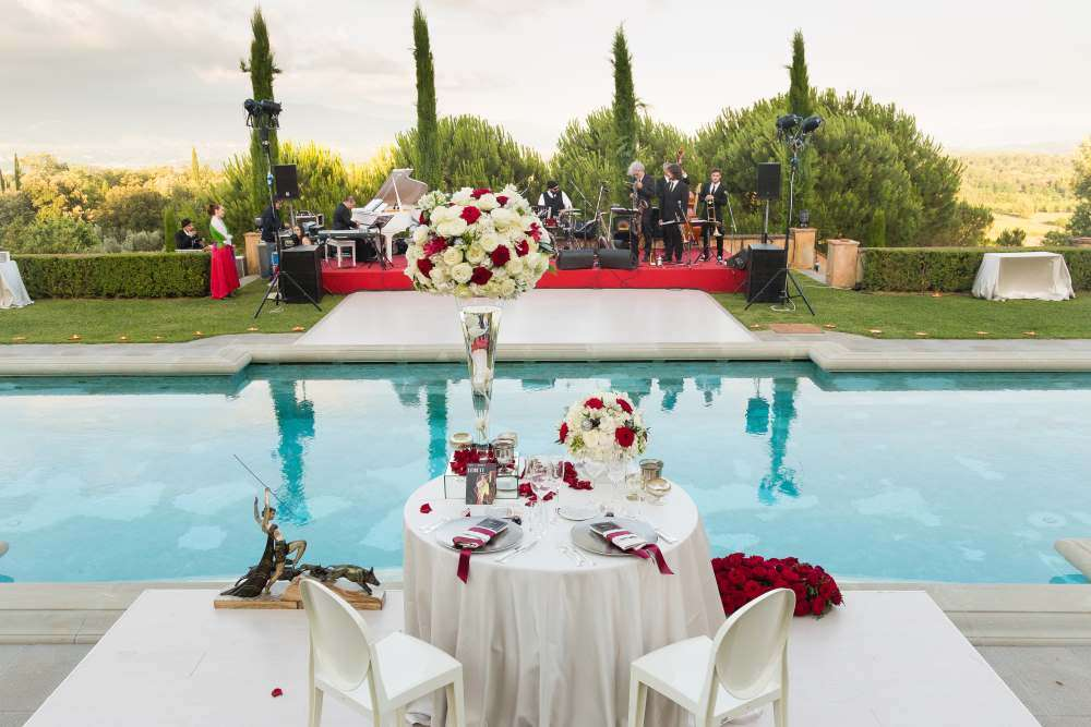 villa reception Tuscany red and white