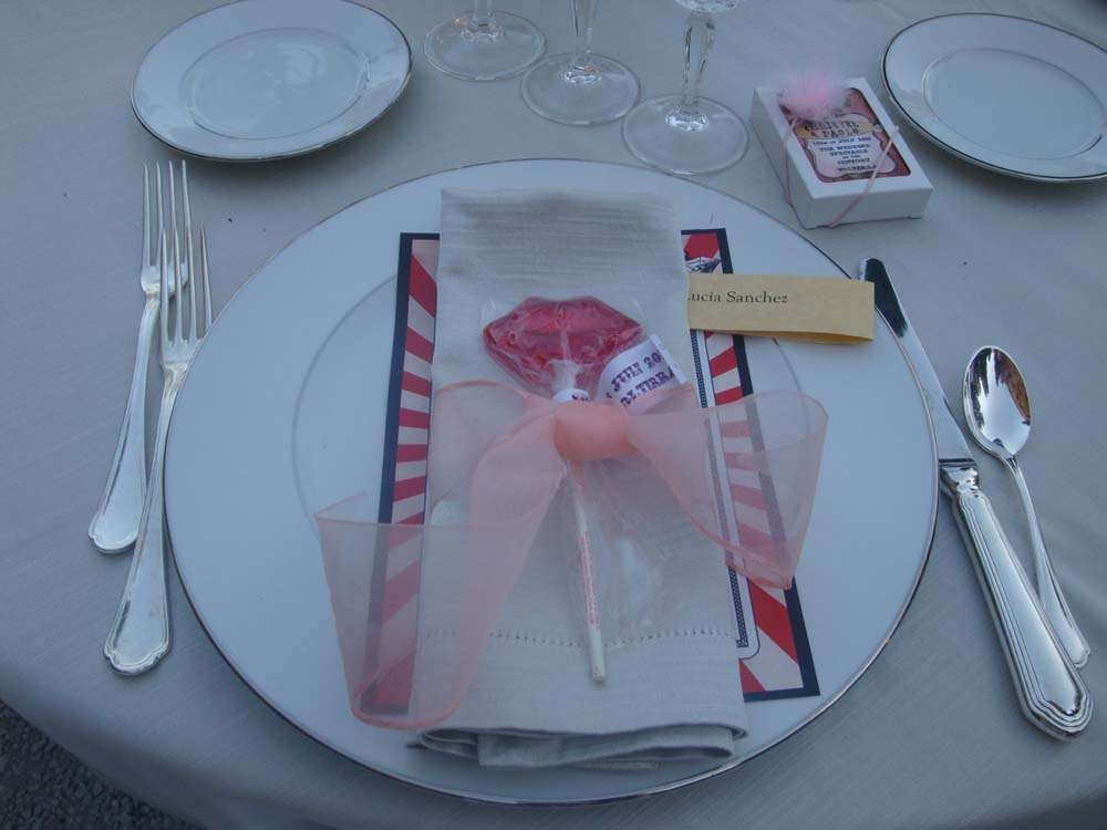 Paperware table for weddings in Tuscany